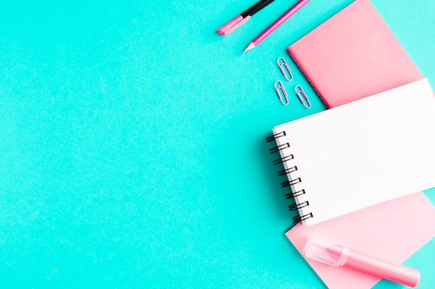 色付きの表面にピンクの文房具 無料写真
