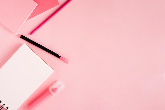 スクラッチパッドと色付きの背景上の文房具 無料写真