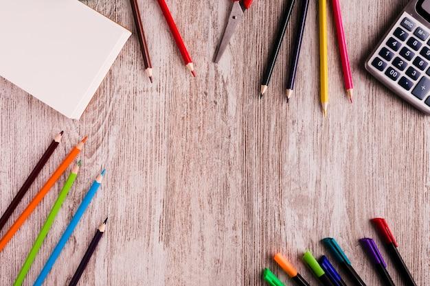 テーブルの上の絵の学校セット 無料写真
