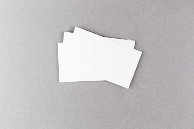 空白の名刺をモックアップします。 無料写真