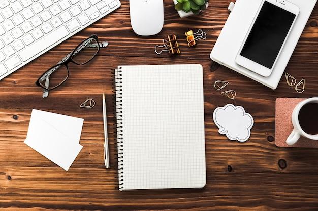 オフィスの要素を持つビジネスデスクトップ 無料写真