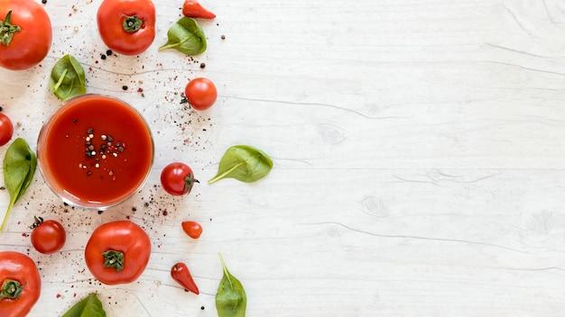 おいしいおいしいトマトのスパイスとほうれん草の白いテーブルの上 無料写真