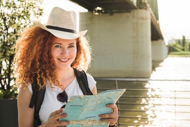 世界中を旅する女性 無料写真