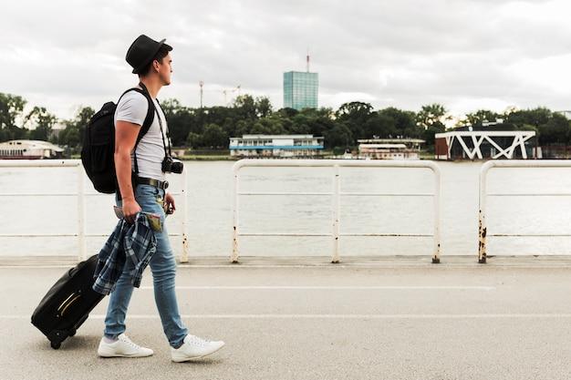 若い男が世界中を旅する 無料写真