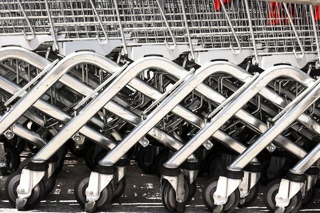 スーパーの外にあるショッピングカート 無料写真