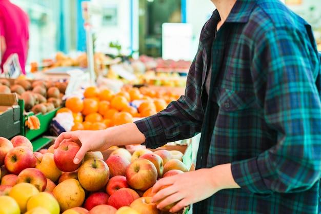 Человек, покупающий фрукты и овощи Бесплатные Фотографии