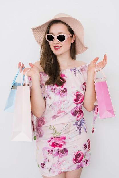 買い物袋を保持している若い女性 無料写真
