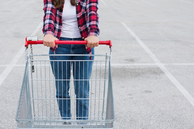 買い物カゴを持っている人 無料写真