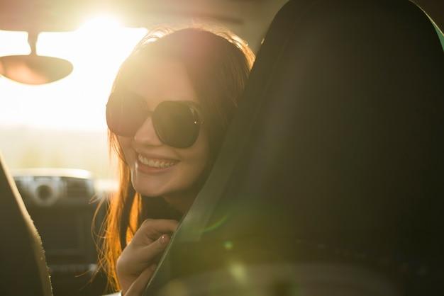 車の中で旅行の若い女性 無料写真