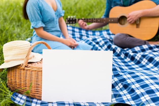 公園でギターと若いカップル 無料写真