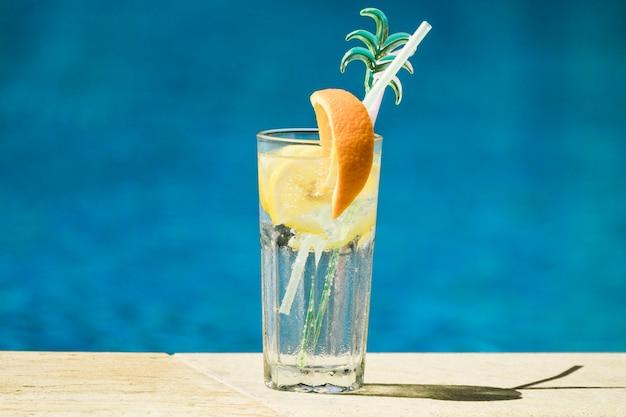 レモンとオレンジのスライスとストローのカクテルグラス 無料写真