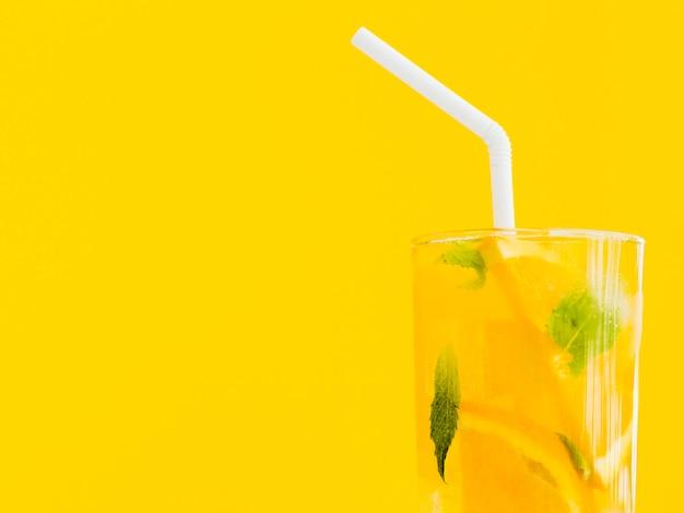 鮮やかなオレンジとミントのカクテル 無料写真