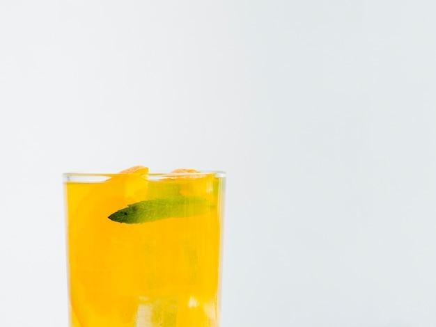 氷とオレンジジュースのグラス 無料写真