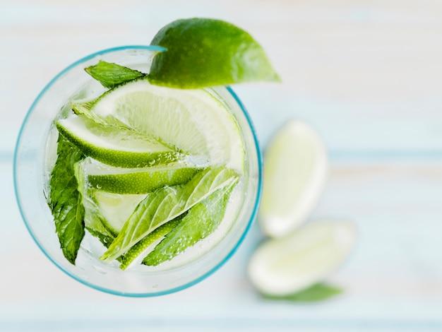 Холодный коктейль с лаймом, мятой и льдом Бесплатные Фотографии