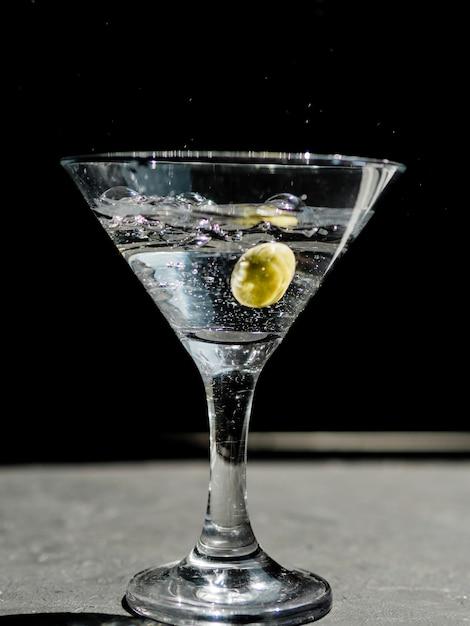 オリーブとしぶきのマティーニのグラス 無料写真