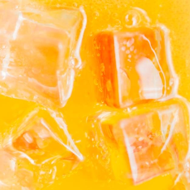 オレンジ色の液体のアイスキューブ 無料写真