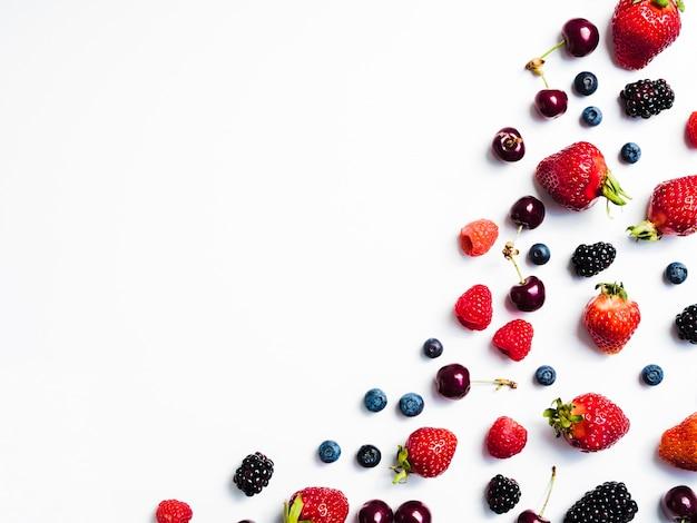 白い背景の右側に新鮮なおいしい果実のミックス 無料写真