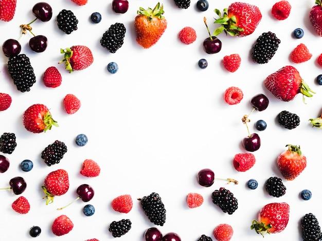 白い背景の上の新鮮な甘い果実の混合物 無料写真