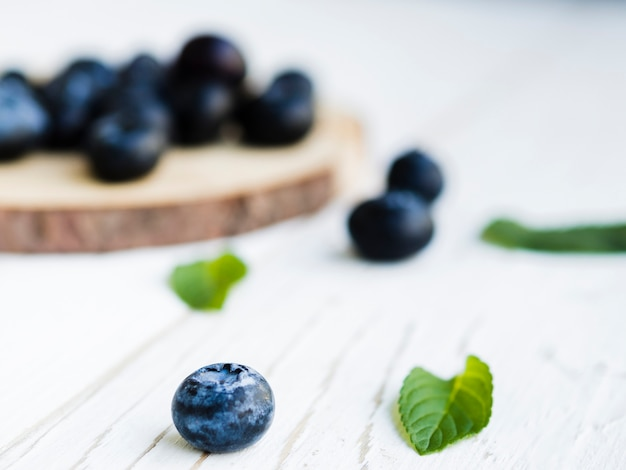 木の表面に甘いブルーベリー 無料写真