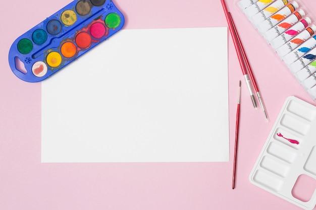描画材料を使用したオフィスのデスクトップ 無料写真