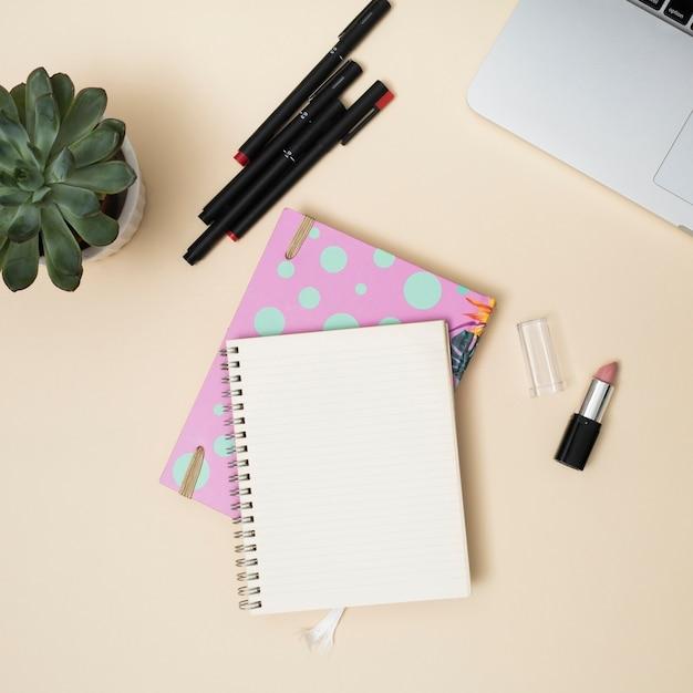 ノートパソコンとオフィスのデスクトップ 無料写真