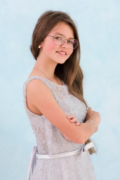 Портрет улыбающейся девушки, смотрящей на камеру Бесплатные Фотографии