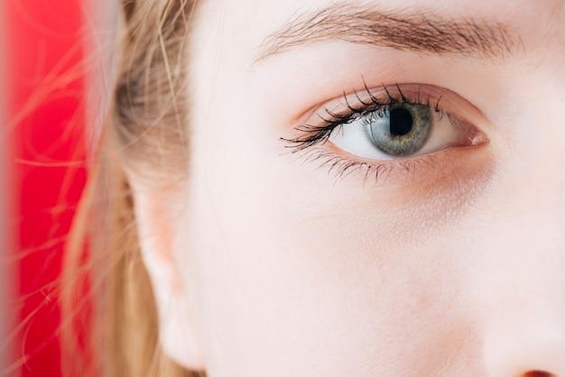 女性の目の肖像画を閉じる 無料写真