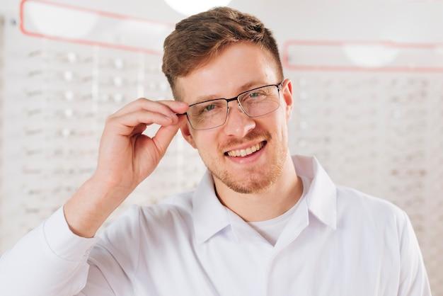 Портрет дружелюбного мужского оптометриста Бесплатные Фотографии