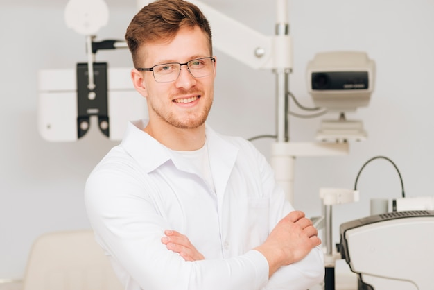 男性検眼医の肖像画 無料写真