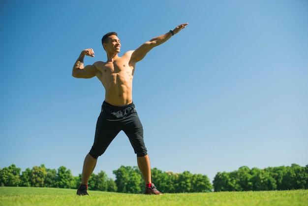 Атлетик человек практикует спорт на открытом воздухе Бесплатные Фотографии