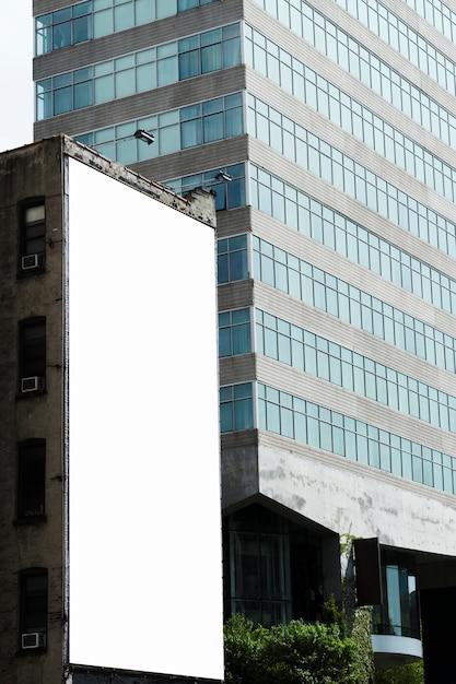市内の建物に大きな看板テンプレート 無料写真