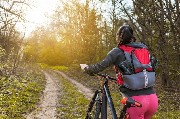 彼女の自転車で遠足に若い女性 無料写真