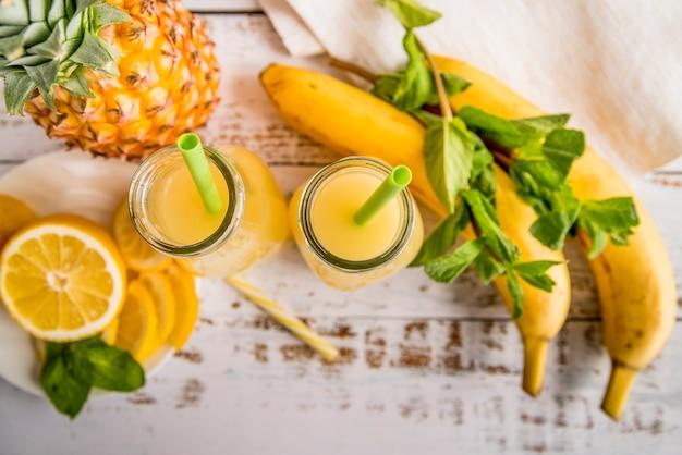 健康的な夏のフルーツジュースの平干し 無料写真