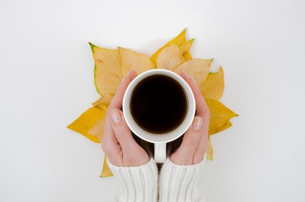 Вид сверху осенние листья с кофе Бесплатные Фотографии