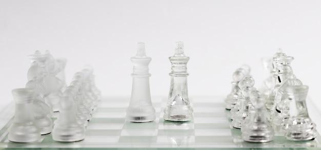 ボード上の透明なチェスの駒 無料写真