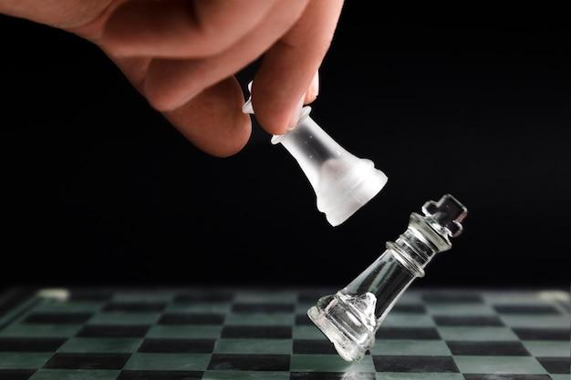 手の透明なチェスの駒を移動 無料写真
