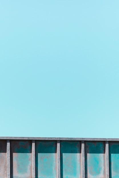 青色の背景に金属の手すりのテクスチャ 無料写真