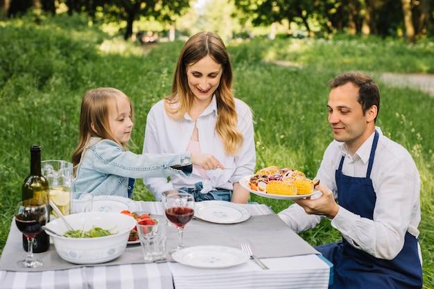 自然の中でピクニックをしている家族 無料写真