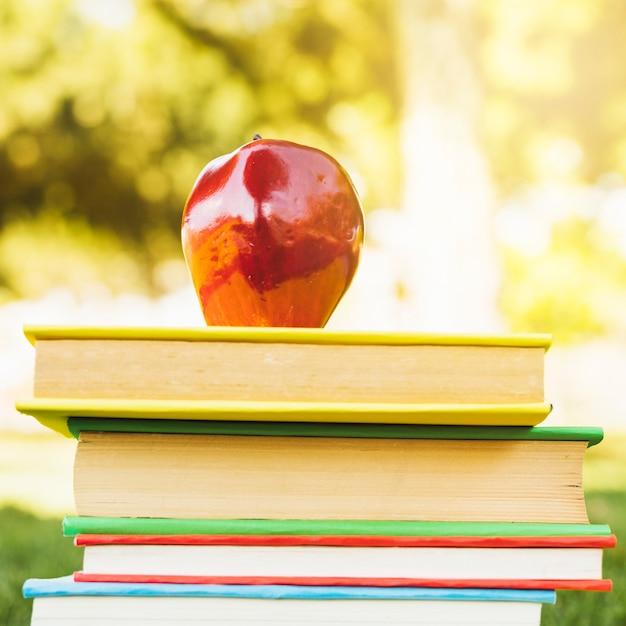 上のリンゴと本の山 無料写真