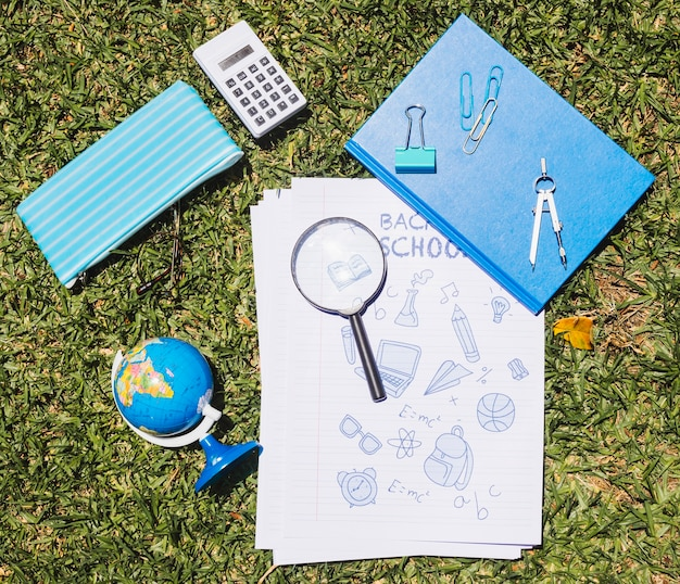 文房具学校の緑の芝生に設定 無料写真