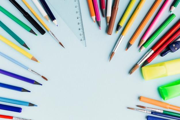色鉛筆と絵筆のフレーム 無料写真