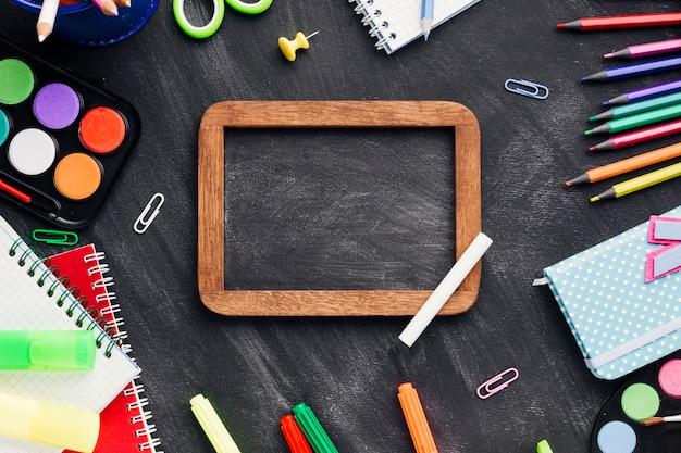 明るい文房具と黒板スレートの境界線 無料写真