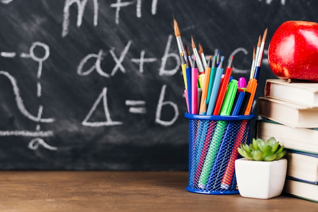 Чашка с яркими кистями и карандашами на столе Бесплатные Фотографии