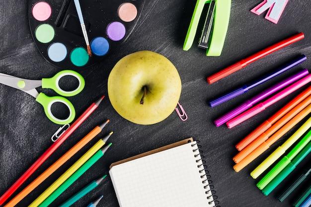 リンゴと文房具のコンポジション 無料写真