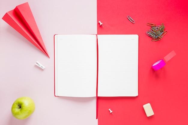 さまざまな文房具と空白の開いたノート 無料写真