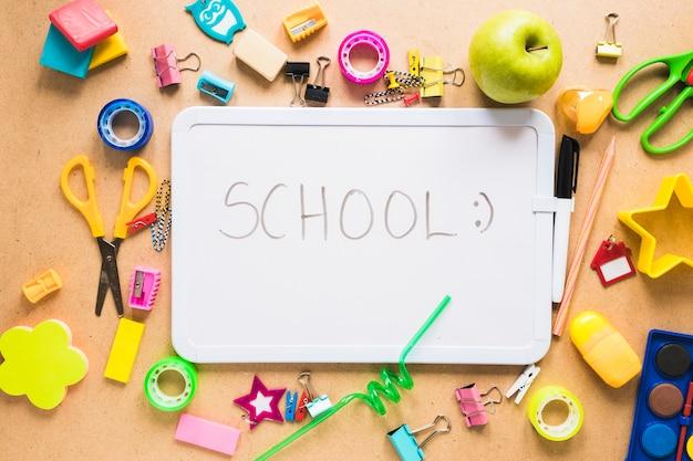 学校のマーカーボードとさまざまな用品 無料写真