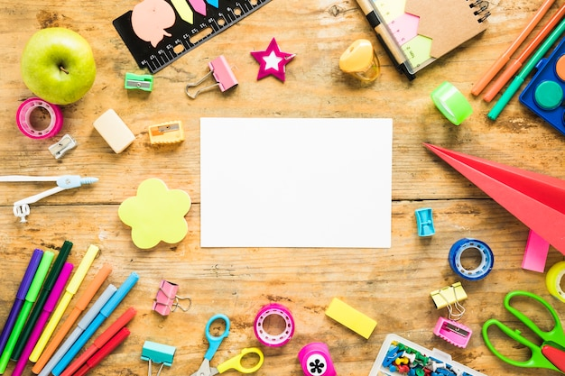 Фон листа бумаги и школьных принадлежностей Бесплатные Фотографии