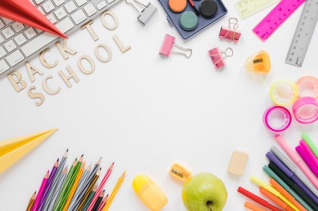 学用品とキーボードの平面図 無料写真