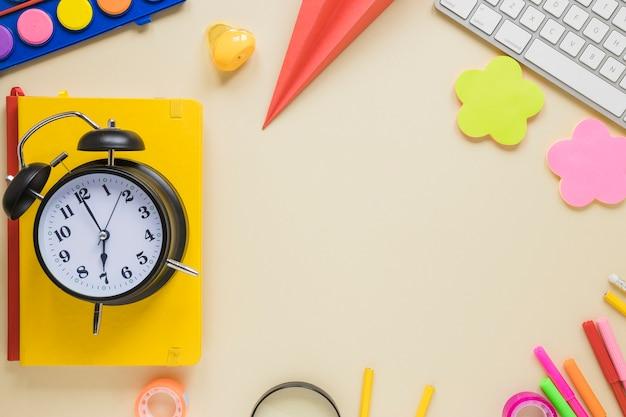学用品と目覚まし時計のトップビュー 無料写真