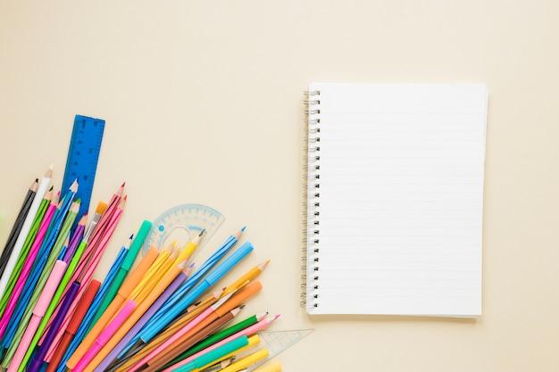 教科書と鉛筆のフラットレイアウト 無料写真